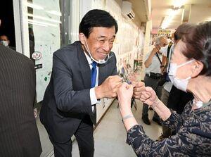 多久市長選で7選を果たし、支援者とグータッチを交わす横尾俊彦さん(左)=5日午後10時7分、多久市北多久町の事務所(撮影・山田宏一郎)