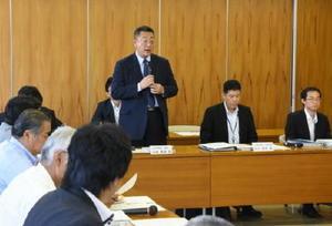 オスプレイのデモ飛行で米側との調整が難航していることを明らかにした川嶋九州防衛局長=柳川市議会