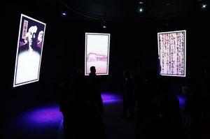 もし賢人たちが一堂に会したら-というコンセプトの「人」賢人ラウンドシアター=佐賀市城内の幕末維新記念館