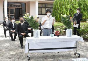 慰霊碑の前で平和への誓いを述べる在校生代表の筒井智士さん=伊万里商業・実業高校