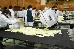 57・48%と投票率の最低記録を更新した唐津市長選の開票作業=31日夜、市文化体育館