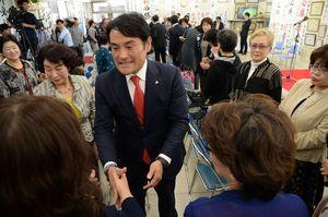 比例代表で復活当選し、支援者らと握手する岩田和親さん=23日午後3時ごろ、佐賀市水ケ江の事務所