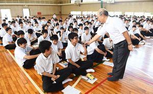 出前授業で唐津市のまちづくりを考える唐津西高の生徒たち=唐津市の同校