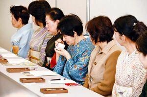 過去の体験会で、香木の香りを楽しむ参加者(提供写真)