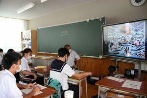 沖縄戦のデジタル紙芝居と校内放送に聞き入る浜玉中の生徒たち=唐津市浜玉町の同校