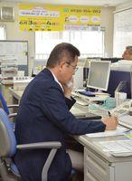 働く女性からの相談に対応する担当者=佐賀市の連合佐賀事務所