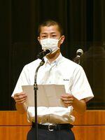 選手を代表して誓いの言葉を述べる龍谷高3年の吉田大倭さん=佐賀市のアバンセ