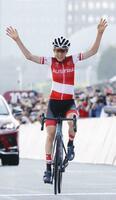 女子個人ロードレース 優勝を決め、両手を挙げてゴールするアナ・キーゼンホファー=富士スピードウェイ