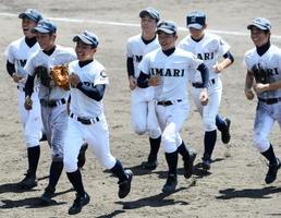 準決勝進出を果たし笑顔でベンチへ戻る伊万里の選手たち=佐賀市のみどりの森県営球場