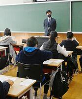 試験開始の合図で一斉に問題用紙を開く受験生たち=佐賀市の龍谷中