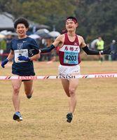 10キロ男子で頂点に立った髙瀨桂さん(右)。左は東洋大の渡邉奏太選手=吉野ケ里歴史公園
