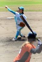 先発投手として出場し4回無失点の好投を見せた白石町出身の大串桃香投手(奥)=嬉野市のみゆき球場
