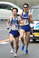 SUMCO伊万里の永益邦弘(左)が鏡体協の中村貴寛を抜いてトップに立つ=7区