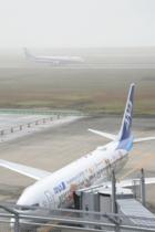 濃霧で交通乱れるJR、佐賀空港