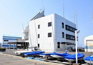 県ヨット連盟が指定管理者として管理する県ヨットハーバー。県は10月末までで指定管理を取り消すことを決めた=唐津市二タ子