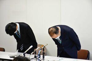 教員の懲戒処分について会見し謝罪する青木勝彦副教育長(右)=佐賀県庁