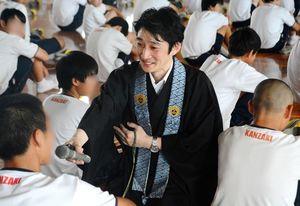 生徒にたびたびマイクを向け、コミュニケーションを取りながら講演する古川潤哉さん=神埼市の神埼中(画像を一部加工しています)