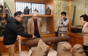 歴史的な史料などを調査する市史執筆委員のメンバーたち=神埼市神埼町の櫛田宮