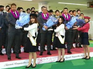 宮崎空港に到着し、歓迎の花束を受け取る辻監督(中央)ら西武ナイン=31日