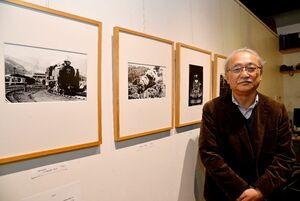 約半世紀前の北海道の鉄道写真を展示する新原和俊さん=佐賀市のフォトギャラリー&カフェ「FINDER」