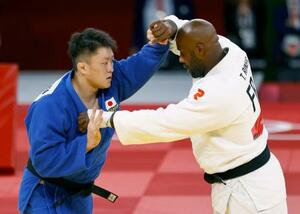 男子100キロ超級3位決定戦 フランスのテディ・リネール(右)と対戦する原沢久喜=日本武道館