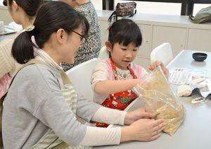 ぬか床作りに挑戦する親子=佐賀市水ヶ江の西九州大学グループ健康支援センター