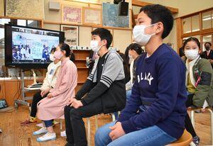オンラインでの日韓交流で、画面を見つめる新栄小の児童ら=佐賀市の新栄小