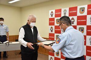 江里口忠征署長から感謝状を受け取った源五郎丸茂忠さん(左)=小城消防署