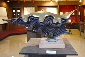 諸井謙司さん「祈りの舟」(ブロンズ、縦35×横70×奥行き25センチ)
