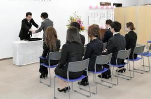 初の卒業生9人が巣立ったKTC中央高等学院佐賀キャンパスの卒業式=佐賀市駅南本町