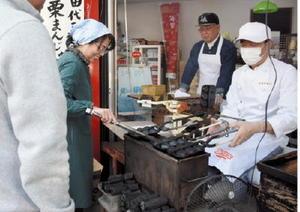 栗まんじゅうを焼く店主の佐藤和喜さん(右)=鳥栖市田代新町の佐藤製菓本舗