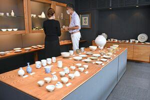 唐津焼の中で涼しげな作品が並ぶ「夏のうつわ展」=唐津市呉服町のギャラリー一番館