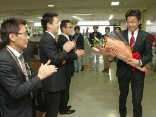小松武雄市長が初登庁 職員に「対話重視」強調