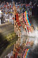 「川落とし」水しぶき豪快 伊万里トンテントン閉幕