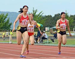 陸上女子100メートル決勝 12秒08の好タイムで優勝した佐賀北の永石小雪(左)=鹿島市陸上競技場