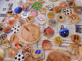 生徒たちが思い思いに彩色した流木コースター=佐賀市の城南中学校