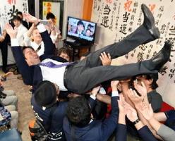 当選が確実となり、支持者から胴上げされる福岡資麿さん=10日午後8時35分、佐賀市多布施の事務所