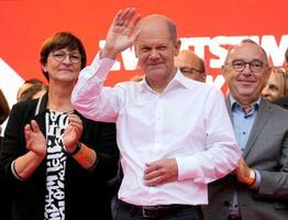 最後の選挙キャンペーンで、手を振るSPDの首相候補、ショルツ財務相=24日、ドイツ・ケルン(AP=共同)