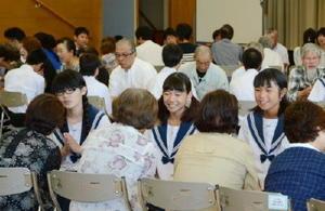 平和学習を盛り込んで開かれたしゃべり場。一人一人が向き合って座り、自らの考えを伝えていた=吉野ヶ里町のきらら館