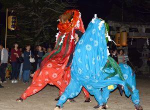 秋祭りで奉納された獅子舞=鹿島市の五の宮神社
