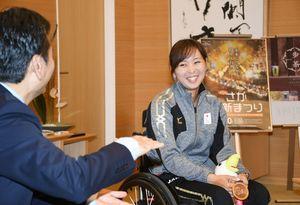 県庁を訪問し、山口祥義知事(左)にアジアパラ大会での銅メダル獲得を報告する大谷桃子選手=佐賀市の県庁