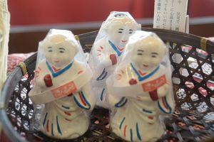 新たに開発した「ようかん食い人形」=小城市の八頭司伝吉本舗