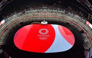 東京五輪の開会式が行われる国立競技場に映し出された五輪のエンブレム。緊急事態宣言下、無観客となった=23日夕(魚眼レンズ使用)