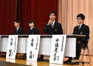 就職や進学について後輩に助言する3年生たち=伊万里市の敬徳高校
