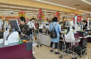 2年前からセミセルフレジを導入しているスーパーモリナガ。人手不足が深刻化し、県内の半数の店舗で営業時間も短くした=佐賀市川副町のスーパーモリナガ空港通り店