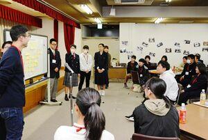 それぞれのグループで話し合った学校や家庭に対する不満を発表する参加者ら=佐賀市の県教育会館