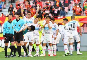 鳥栖-名古屋 2-1で勝利し、サポーターに向かってガッツポーズする鳥栖DFエドゥアルド(3)=愛知県の豊田スタジアム