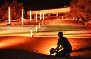 エンターテインメント業界を鼓舞するオレンジ色にライトアップされた佐賀市文化会館=20日午後8時、佐賀市日の出(撮影・鶴澤弘樹)