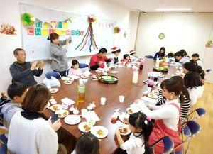母親と子どもサポーターが参加したクリスマスパーティー=唐津市 佐志公民館(2017年12月)