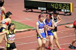 女子1600㍍リレーのアンカー選手をねぎらう=佐賀市の県総合運動場